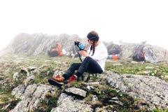 La fille voyage dans les montagnes Photographie stock