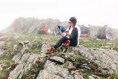 La fille voyage dans les montagnes Photographie stock libre de droits