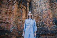La fille voyage Nha Trang, la tour de Cham Vêtements des moines image stock