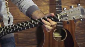 La fin équipe la main prenant des cordes sur le mouvement lent de guitare acoustique clips vidéos