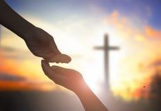 La fin aidant et bénissant prient l'essai de mains aux concessions mutuelles sur le beau fond de ciel de lever de soleil de tache Photo libre de droits