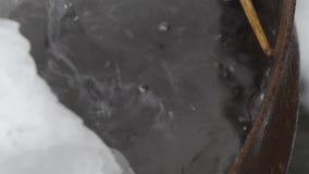 La fin chute dans un baril de l'eau banque de vidéos