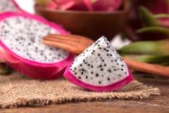 La fin a coupé en tranches le fruit de fruit du dragon frais ou de Pitahaya sur Images stock