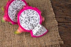 La fin a coupé en tranches le fruit de fruit du dragon frais ou de Pitahaya sur Photographie stock