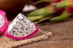 La fin a coupé en tranches le fruit de fruit du dragon frais ou de Pitahaya sur le courtiser Image libre de droits