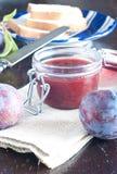 La fin d'un pot confiture de prune avec la prune fraîche Photo libre de droits