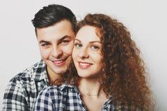 La fin de beaux couples de famille caressent et regardent gaiement c photographie stock libre de droits