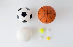 La fin de différentes boules de sports a établi au-dessus du blanc Images stock