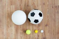 La fin de différentes boules de sports a établi sur le bois Image stock