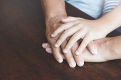 La fin de l'aîné et l'enfant joignent des mains Photos stock
