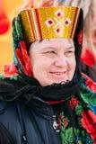 La fin de la belle femme âgée inconnue dans les gens nationaux vêtent Images libres de droits