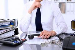 La fin de la femme d'affaires monte pour appeler tout en rédigeant le rapport, calculant ou vérifiant l'équilibre photos libres de droits