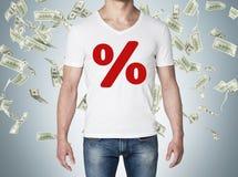 La fin de la vue de corps de l'homme dans un T-shirt blanc avec le pourcentage rouge se connectent le concept de coffre de la ven Photo libre de droits