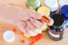 La fin de la main tient un supplément de vitamine Photo libre de droits
