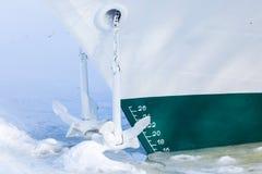 La fin de la navigation Le bateau ou le navire est en captivité de glace et de neige photos libres de droits