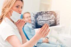 La fin du balayage de tomodensitométrie s'est tenue par le professionnel dentaire photos stock