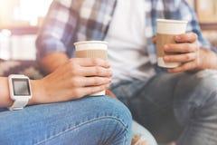 La fin du boire de deux amis emportent le café Photographie stock