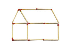 La fin du groupe du bâton rouge de match arrangent dans le modèle à la maison d'isolement sur un fond blanc Photographie stock