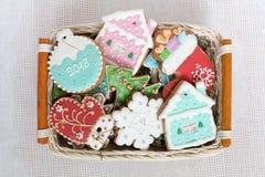 La fin du pain d'épice de Noël a établi dans le panier Différents chiffres colorés de biscuit, étoile, flocon de neige, chaussett photographie stock