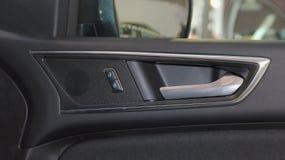 La fin du panneau de portière de voiture, de l'ouvreur de porte et des boutons intérieurs image libre de droits