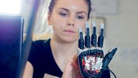 La fin du visage du ` s de fille touchant la main de robot clips vidéos