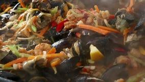 La fin faisant cuire des fruits de mer font sauter le ragoût dans la poêle clips vidéos