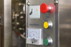 La fin a mis le bouton et le commutateur de secours du palel de contrôle de la machine à emballer de pointe et automatique de nou image stock