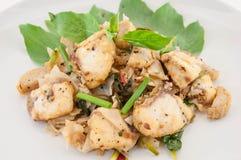 La fin a mis le feu aux nouilles minces avec les poissons et la sauce de soja, style asiatique Photographie stock