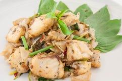 La fin a mis le feu aux nouilles minces avec les poissons et la sauce de soja, style thaïlandais Photos stock