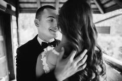 La fin noire et blanche vers le haut du portrait des jeunes beaux toilettent embrasser son épouse Photographie stock libre de droits