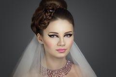 La fin parfaite de jeune mariée composent la robe de cheveux Images stock