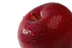 La fin rouge fraîche de pomme vers le haut avec de l'eau chute Image libre de droits