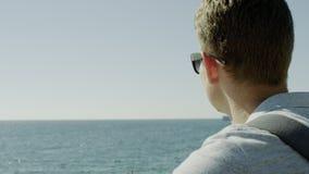 La fin se lève d'un homme regardant la mer clips vidéos