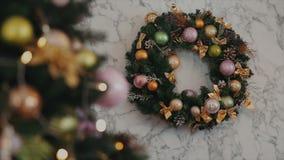 La fin tirée de la guirlande de Noël sur le mur avec l'arbre de Noël du côté banque de vidéos
