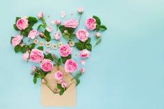 La fin vers le haut de la disposition reative avec les fleurs roses de thé rose, vert part, des coeurs de sucrerie volent hors de Photo libre de droits