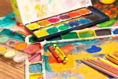 La fin vers le haut de l'art de crayons fournit des peintures pour peindre et dessiner Photos stock