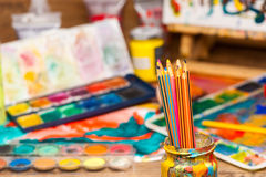 La fin vers le haut de l'art de crayons fournit des peintures pour peindre et dessiner Photos libres de droits