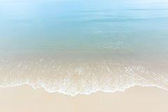 La fin vers le haut de l'eau de mer bleue ondule sur la plage blanche de sable, beau bleu Photos libres de droits