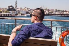 La fin vers le haut de l'homme bel de portrait sur le yacht ont l'amusement Photos stock