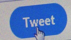 La fin vers le haut de l'utilisateur clique sur dessus la vue d'angle de bouton de ` de bip de ` de Twitter banque de vidéos