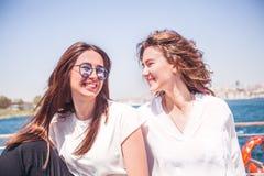 La fin vers le haut de la fille de sourire de portrait sur le yacht ont l'amusement Image libre de droits