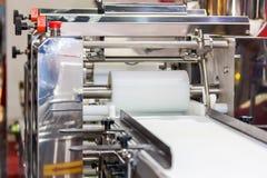 La fin vers le haut de la matrice cylindrique et du convoyeur à bande de la nourriture automatique faisant la machine pour la nou photo stock