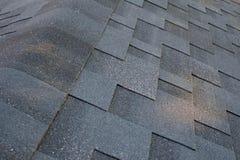 La fin vers le haut de la vue supérieure sur le toit faisant le coin fait est des bardeaux de toiture d'asphalte images libres de droits