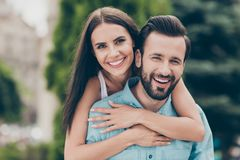 La fin vers le haut des conjoints mignons avec du charme de photo a marié le temps libre de ferroutage millénaire d'amusement de  image libre de droits