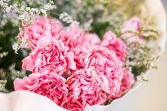 La fin vers le haut des fleurs roses sont dans le bouquet disposé image libre de droits