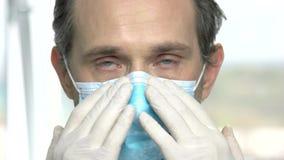 La fin vers le haut du docteur sûr met sur le masque protecteur clips vidéos