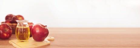 La fin vers le haut du fruit d'Apple et du jus rouges au vinaigre de cidre de pomme, aides perdent le poids et réduisent la grais photos libres de droits