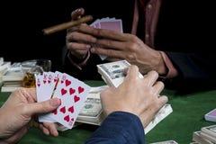 La fin vers le haut du joueur met des paris et tient le flux droit dans a Photo stock