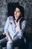 La fin vers le haut du portriat fille caucasienne de jeune brune élégante d'une belle avec le visage magnifique et le regard à la Photos stock