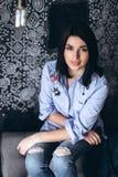La fin vers le haut du portriat fille caucasienne de jeune brune élégante d'une belle avec le visage magnifique et le regard à la Photographie stock